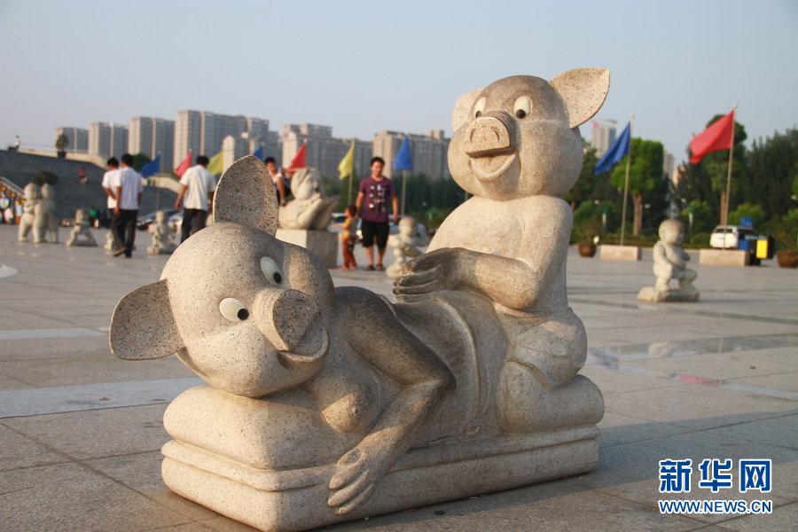郑州中原福塔广场的一对石雕猪也红了!