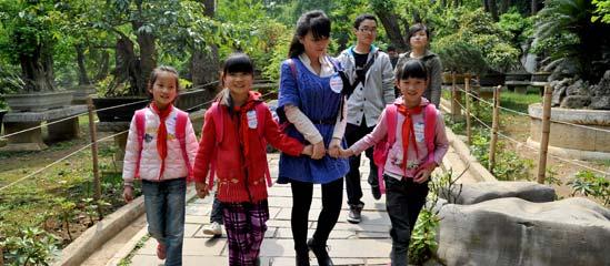 嘉宾带大洋小学的留守儿童代表游览黄果树