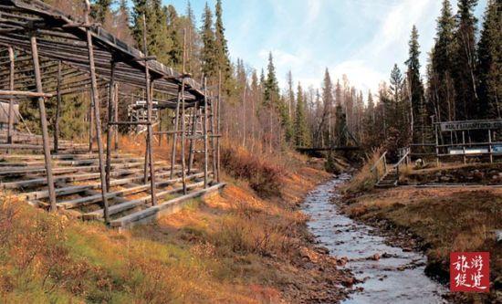 小溪木屋风景图