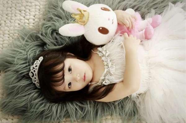 小萝莉拥有大大的眼睛,黑黑的瞳孔,笑容天真无邪,可爱至极,成为亚洲最