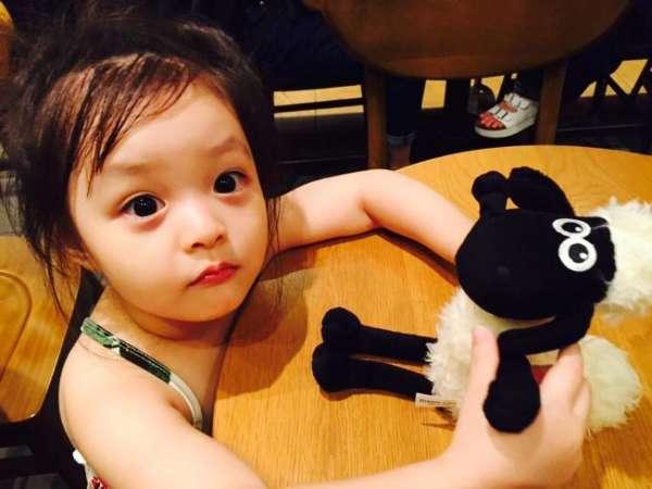 据英国《每日邮报》10月28日报道,近日一位名叫李在恩(Jae-eun)的日韩混血小萝莉走红日本,在社交网站上疯狂吸粉,仅在Instagram 上就有超过27.2万名粉丝。据悉,2011年11月11日出生的李在恩现在将近4岁,继承了爸爸妈妈的美颜,小萝莉拥有大大的眼睛,黑黑的瞳孔,笑容天真无邪,可爱至极,成为亚洲最受欢迎的童星之一。