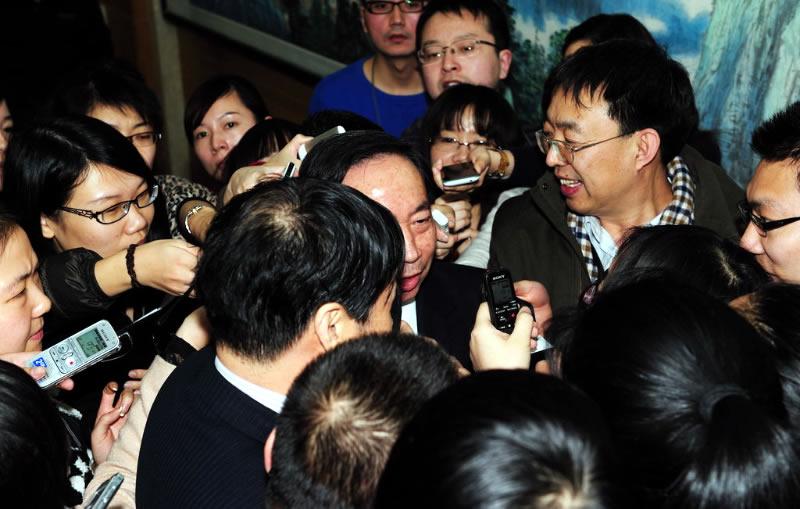 高清:葛剑雄要求教育部道歉 袁贵仁遭记者围堵