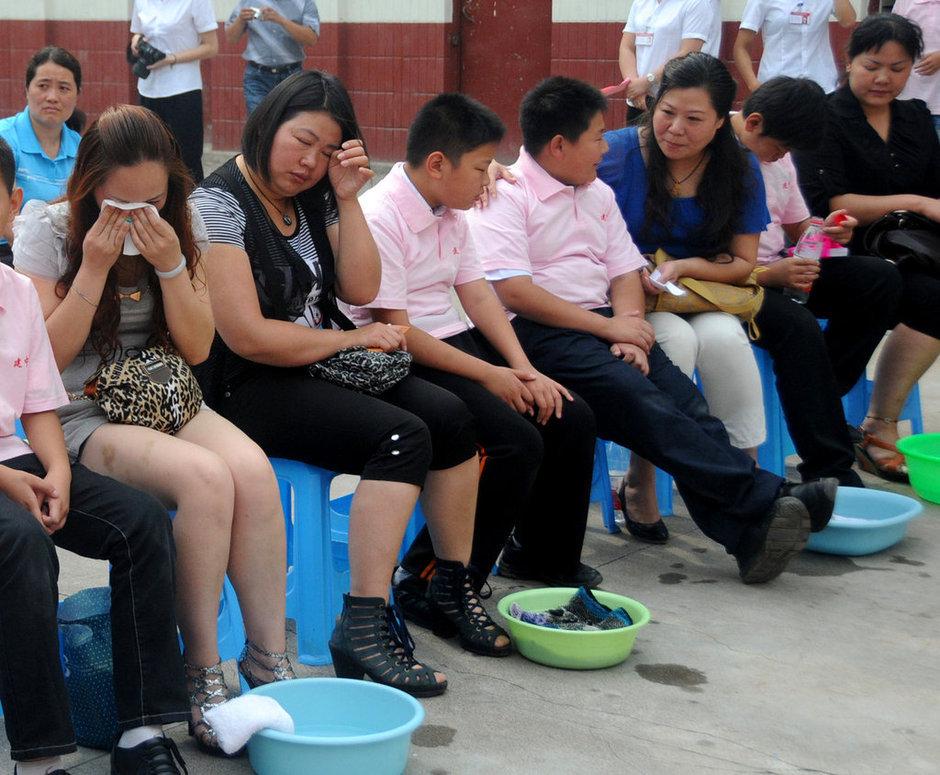 """250名学生为家长行跪拜礼、为家长洗脚.这是该校举办的""""孝心献"""