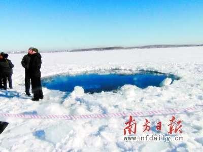 俄罗斯车里雅宾斯克州切巴尔库尔湖上的一处冰洞疑为陨石坠落地点。