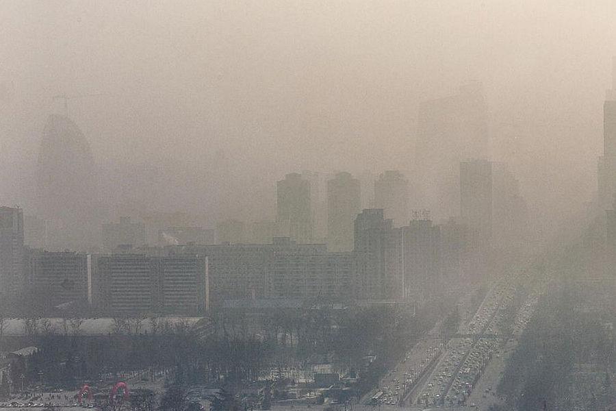 有报告显示,中国500个大中型城市中,只有不到1%的达到世界卫生组织推荐的空气质量标准,世界污染最严重的10个城市有7个在中国,京津冀地区空气质量最差,该地区的居民将近三成时间生活在空气重度污染的环境中。中国治理空气污染道路还很漫长。