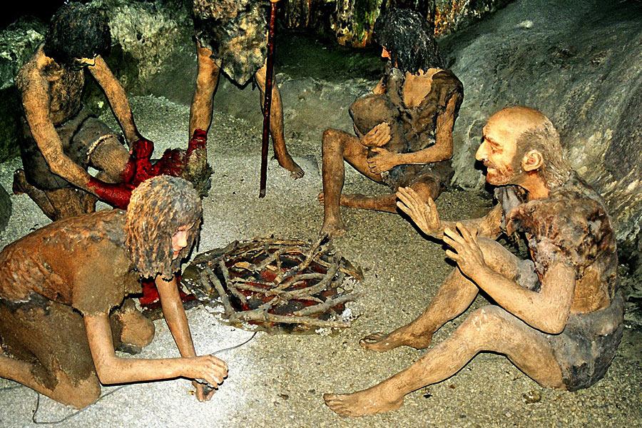 2008年,考古学家在俄罗斯西伯利亚地区发现了洞穴中发掘出了一块长为2.6厘米、尼安德特人的脚趾骨化石。这个尼安德特人是女性,研究人员发现其父母为近亲关系。尼安德特人的数量并不多,近亲交配很普遍。