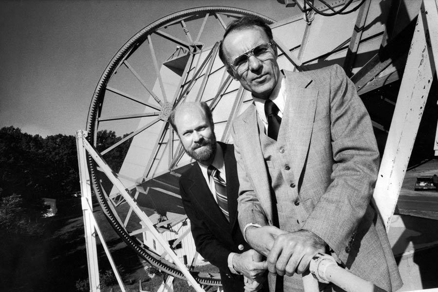 那么,宇宙究竟开始于哪一年,在宇宙大爆炸的初期,究竟发生了什么,我们如何去观测它呢?1964年,美国新泽西州贝尔实验室的一对工程师在试图建造更好的天线时意外发现了宇宙的起源。