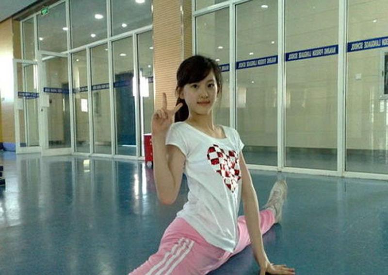 美女健身流行一字马图文