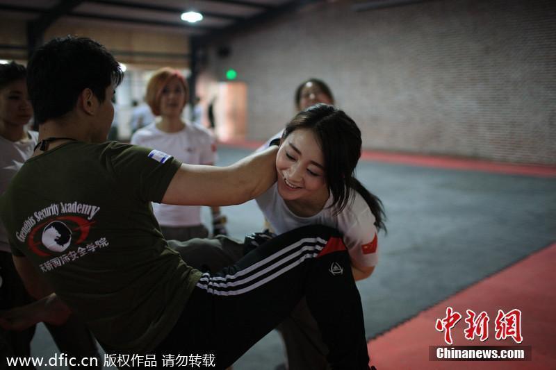 美女入驻保镖训练营 学格斗练搏击香汗淋漓 燕