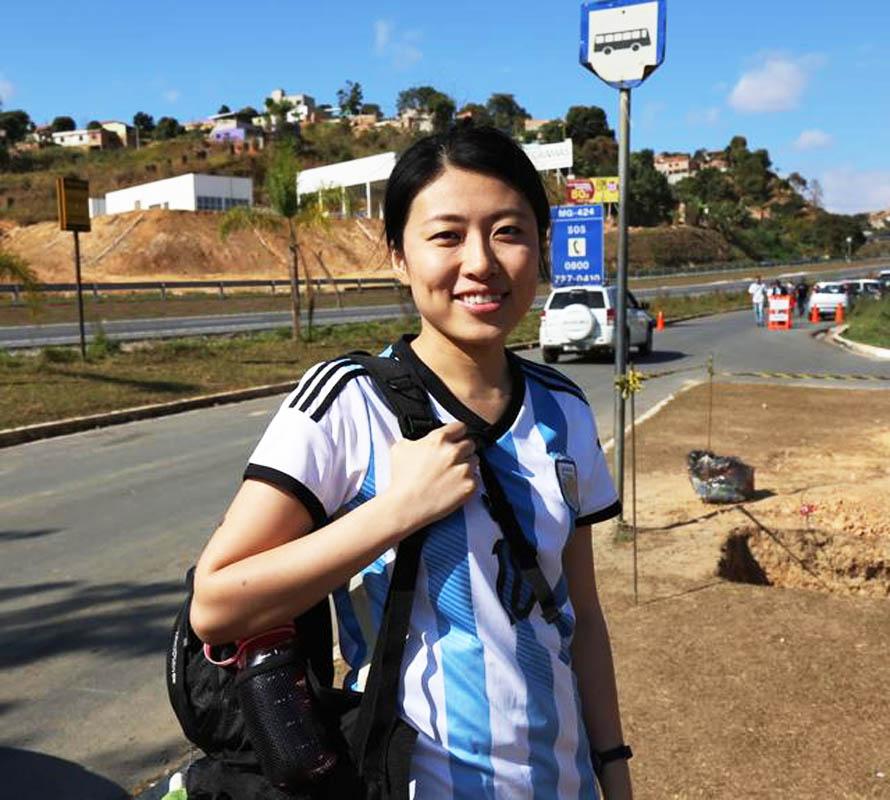 巴西当地时间6月22日,阿根廷队在米内罗竞技俱乐部基地进行了一堂公开训练课。尽管基地距离贝洛市区近50公里的距离,但是各路媒体和各国球迷仍然不辞辛劳地以各种方式来到阿根廷队大本营。在众多球迷中,来自广东珠海的女球迷崔逊颇为扎眼,她也是只身来到米内罗基地的唯一一个中国球迷。