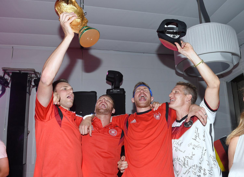 2014年7月13日,巴西里约热内卢,2014巴西世界杯,德国队酒店办夺冠Party,众将争相合影大力神杯。
