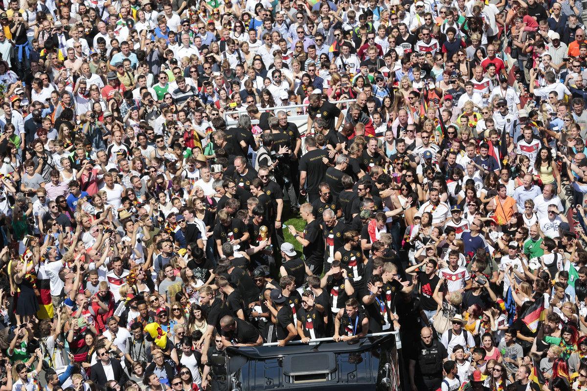 当地时间2014年7月15日,德国柏林,德国队归国举行夺冠巡游。在当天的夺冠庆祝活动中,德国队将士的敞篷大巴车将经由柏林的鹿拉教堂街、河畔、莱因哈特街道、luisenstrasse街区、马歇尔桥,最终抵达巴黎广场。 他们与50万名球迷一起开胜利派对。