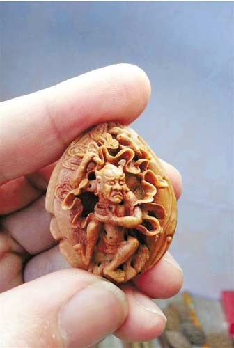 核雕艺人雕出九龙戏珠手串 卖上万元(图)