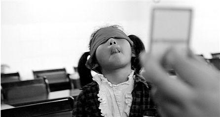蒙眼识字培训机构有诈 8岁女孩现场测试故弄玄虚