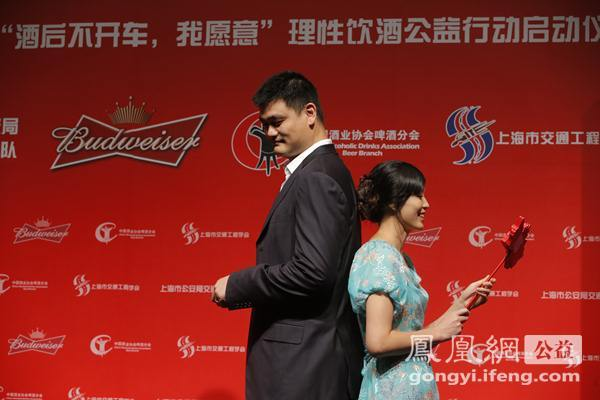 """全球首映礼现场,姚明夫妇进行默契度大考验。姚明不会做上海菜,最拿手的是北京烤鸭。叶莉从来没用普通话对姚明说过,""""我爱你""""。"""