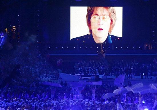 约翰·列侬出现在大屏幕上