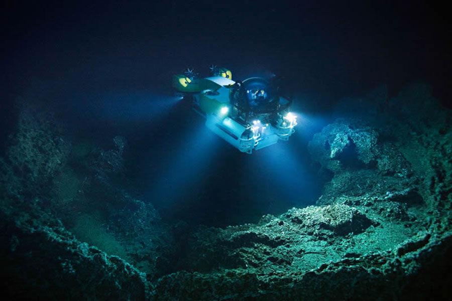 """1960年1月23日,瑞士著名深海探险家雅克·皮卡尔与美国海军中尉沃尔什乘着""""的里雅斯特""""深水探测器,成功潜入世界上最深的海沟马里亚纳海沟,下潜深度10916米,创造了当时最深的潜水深度。"""