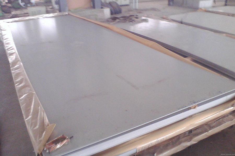 """虽然此种不锈钢在国内非常常见,但是""""304不锈钢""""这个称呼却来自于美国。日本对304不锈钢的正式称呼是""""SUS304""""。市场上常见的标示方法中有三种,其中06Cr19Ni10是国标标准生产,S30408表示ASTM标准生产,SUS304表示日标标准生产。"""