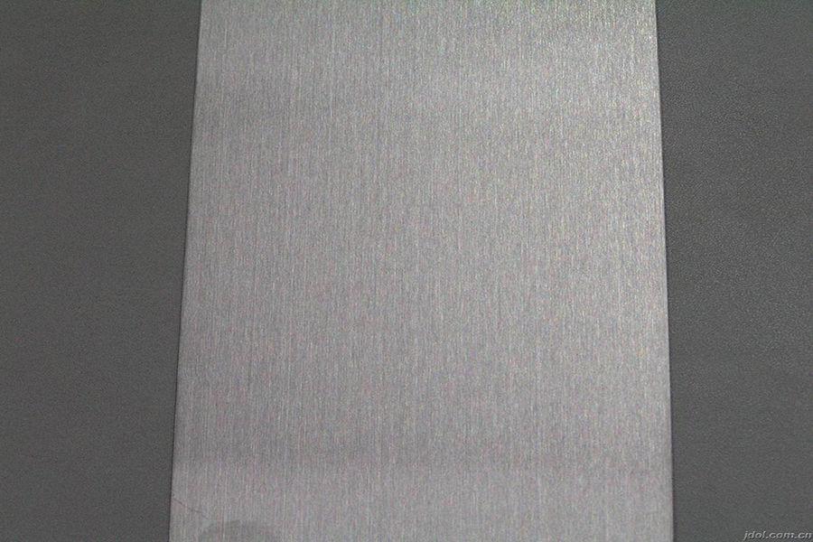 作为金属材料,奥氏体不锈钢的导热性远非塑料可比,如果用来做手机背壳,其烫手能力将会远超塑料背壳,如果手机厂商不控制好发热,那么奥氏体304不锈钢将有机会成为有史以来最烫的手机。不过,一边是性能,一边是散热,如何取舍?