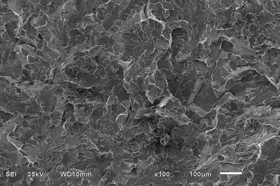 奥氏体(Austenite),是钢铁的一种显微组织,通常是ɣ-Fe中固溶少量碳的无磁性固溶体。奥氏体的名称是来自英国的冶金学家罗伯特•奥斯汀。奥氏体不锈钢1913年在德国问世,在不锈钢中一直扮演着最重要的角色,其生产量和使用量约占不锈钢总产量及用量的70%。钢号也最多,所以,其实你日常见到的绝大多数不锈钢都是奥氏体不锈钢。