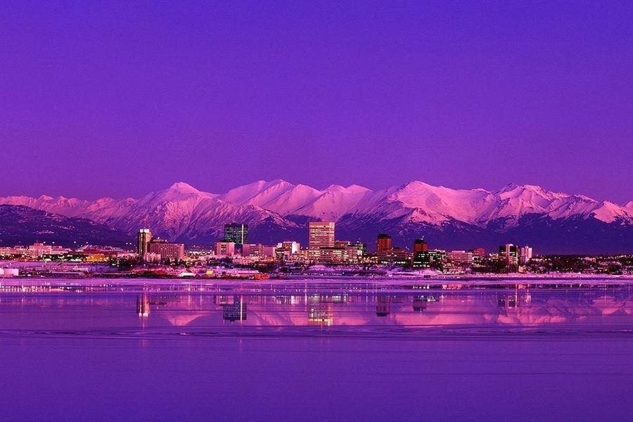 安克雷奇(Anchorage),阿拉斯加最大的城市,位于阿拉斯加中南部,属于副北极气候。冬季平均降雪为惊人的179.3cm,而最高的纪录为337.3cm!因为安克雷奇的纬度,所以冬季很漫长而夏季则很短暂。