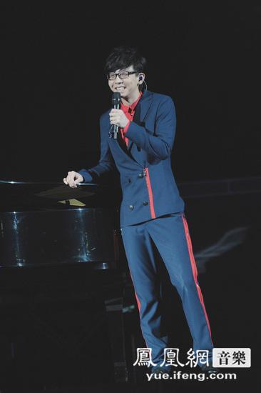 胡夏伴着邓紫棋自弹自唱的《哈利路亚》出现在舞台上