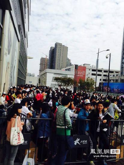 许嵩《不如吃茶去》上海首签 歌迷凌晨排队堪比购肾六