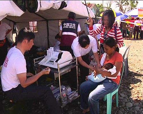 中国政府应急医疗队于菲律宾阿布约镇开设小型野战医院,救助当地民众。