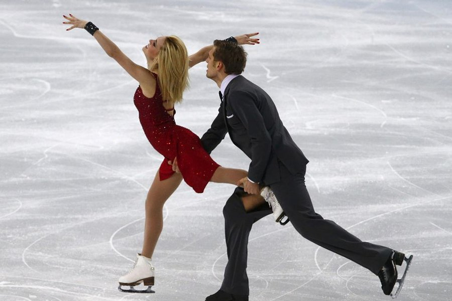 花滑美女冰划开男伴裤裆