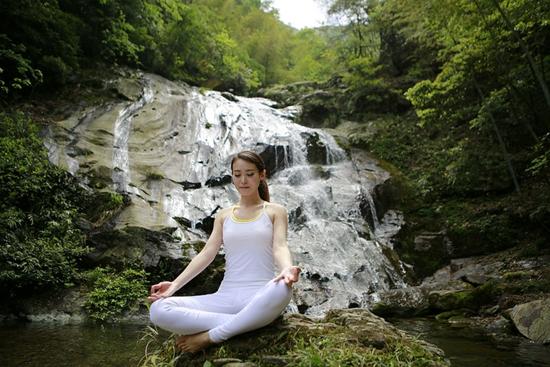 渠江新化源上演惊世a瑜伽瑜伽湿身练性感美女李丽珍美女图片