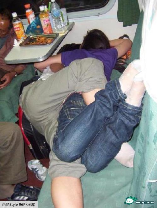 春运火车上的各种睡姿