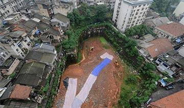 """长沙一工程项目停工长达4年 市中心现2千平""""天坑"""""""