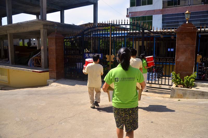 亚龙湾华宇度假酒店献爱心 为智障儿童送去节日问候图片