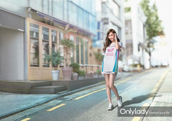 李宁品牌牵手少女时代郑秀妍推出LI-NING X Jessica 跨界合作产品 西卡Style, 时尚运动风再升级 当时尚撞上运动,自有挡不住的化学反应。此次Jessica与李宁合作推出的LI-NING X Jessica跨界合作产品,正是李宁品牌天生的运动基因与Jessica时尚Icon地位的完美融合。 2007年,少女时代横空出世,红遍亚洲,出道7年势头不减,在韩国娱乐圈缔造了少女团体的奇迹。Jessica本人则以其出众的品位成为少女时代的时尚代表,引来万千女生争相模仿。然而谁也不是天生就站在舞台中