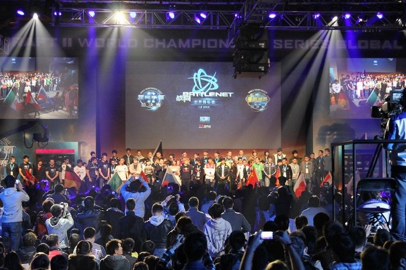 由暴雪举办的战网世界杯锦标赛(World Championship Series,简称BWC),于11月17、18日在上海世博馆举行,比赛项目包含《星际争霸2》及《魔兽世界》竞技场两个比赛项目,在过去一年中,通过全球60多个国家和地区,对超过600位职业选手的层层选拔,最终32位《星际争霸2》选手以及10支《魔兽世界》竞技场队伍将争夺高达50万美元的总奖金及世界冠军的头衔。(本文图片来源:S.163.COM)