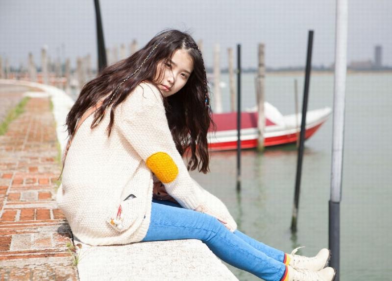 """韩国国民级Solo歌手,被韩国人民亲切的称为""""国民妹妹""""女歌手IU(李知恩,韩文语: Lee Ji Eun)已证实成为《永恒之塔》4.0版本代言人。这个消息不算惊喜,看看NCsoft两年前就已经跟艺人Wonder Girls签约为游戏做宣传就知道了。  """"国民妹妹""""IU代言《永恒之塔》4."""
