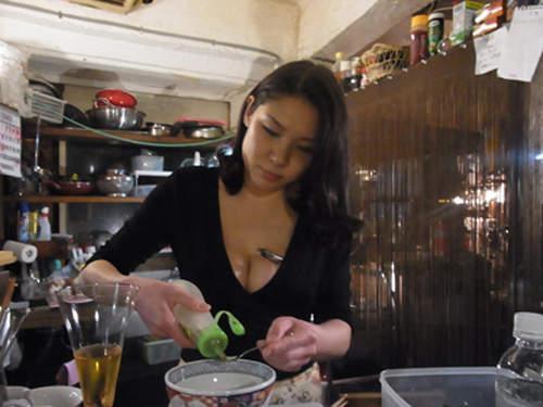 """近日,日本的一家""""居酒屋""""受到了很多男性顾客的追捧,而坦白说食客多半都是冲着老板娘来的可能也没错,因为写真女星出身的她有着一付相当不错的身材,而且会非常清凉的在你面前为你点餐或是制作料理,丰满的上围相当吸睛。"""