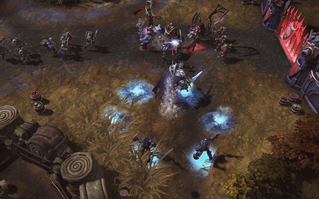 暴雪在其举办的2013年度游戏嘉年华中正式宣布,曾经名为《暴雪DOTA》的多人团队乱斗游戏将成为独立游戏,官方并正式将本作定名《风暴英雄》(Heroes of the Storm),同时宣布游戏未来会采免费制运营。本作也在现场首度开放试玩,同时最新的游戏画面也被曝光。