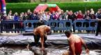 英国肉汁摔跤赛 选手在浓汤中翻滚