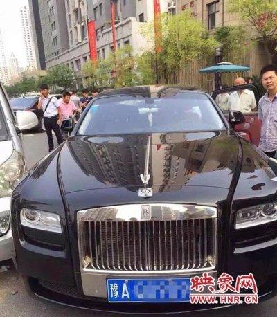 郑州面包车撞上400万劳斯莱斯 豪车车主弃索赔 图