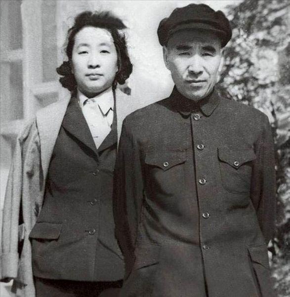 林彪,原名林祚大,字阳春,号毓蓉;曾用名育容、育荣、尤勇、李进。军事家,中华人民共和国元帅。1925年参加中国共产党。参加了八一南昌起义。在井冈山时期先后任营长、团长、军长、军团长等职。参加了红军长征。抗日战争时期任八路军一一五师师长。解放战争时期任东北野战军司令员等职,指挥了辽沈战役、平津战役等重大战役。解放后历任国防委员会副主席、国防部长、中央军委副主席等职。这是一组林彪全家珍贵的老照片,展现出林彪不为人知的一面。(来源:凤凰网历史)图为林彪与叶群合影。