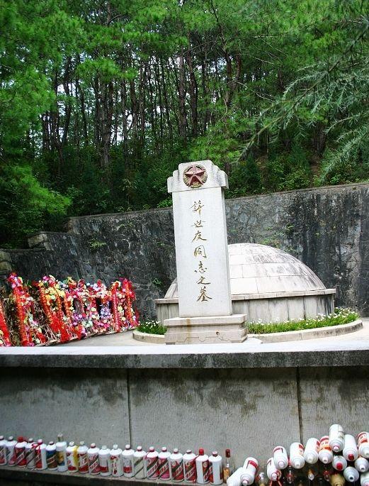 上将许世友之墓:墓前摆满他生前最爱喝的美酒