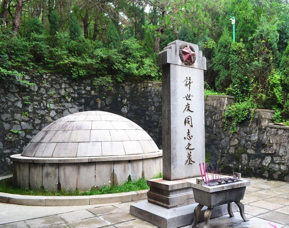 许世友将军墓位于新县东南35公里的田铺乡河铺村许家洼,是河南省重点文物保护单位。它座落在万紫山下的来龙岭上,座北朝南。(来源:凤凰网历史)