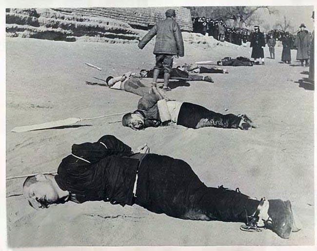 """1927年4月12日,蒋介石以""""清党""""为名发动政变,开始捕杀共产党员,7月15日,汪精卫发动政变,国共合作全面破裂,双方开始长期内战。1945年抗战结束后,国共双方再次陷入内战。在敌对时期内,国民党多次逮捕中共党员,并公开处决,以下是一组不同时期国民党处决共产党员照片。(来源凤凰网历史)"""
