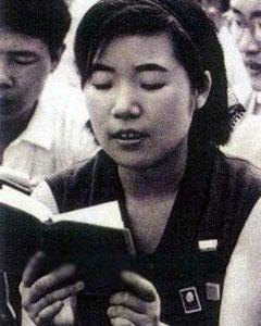 正在读《毛泽东语录》的日本青年