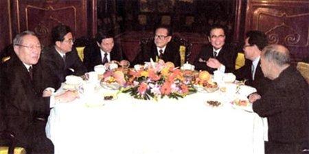 江泽民、李鹏、朱镕基、李瑞环、尉健行、李岚清,这些都是中国民众十分熟悉的名字。他们是前任党和国家领导人,十五届中共中央政治局常委。2002年11月中共十六大召开,中国共产党实现了领导人的新老交替。(来源:新华网)