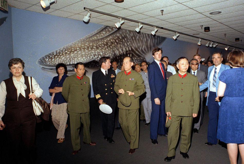 """刘华清(1916—2011),湖北大悟人,1988年9月被授予上将军衔,他为中国海军的现代化发展作出了不可磨灭的贡献,被称为中国的""""现代海军之父""""和""""中国航母之父""""。 这是一组1980年刘华清将军访美的旧照片。(来源:凤凰网历史)图为1980年刘华清(前排右二)率中国代表团一行在美国参观海洋公园。"""