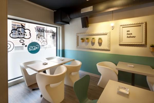 由Andrea Muoz设计师完成的巴西阿斯托加GPS day&night酒吧餐厅项目,这个270平方米的空间被划分为酒吧,餐厅,雪茄俱乐部三个区域,乳白色和绿松石色的交融显得十分的优雅柔软,黑色铁件和麻绳这些工业风的元素又给这个空间带来不一样的氛围,融洽的混搭,舒适而特别。