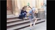 英国97岁老太当街大跳牛仔舞 身体灵活不输年轻人