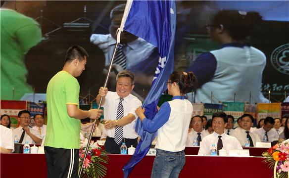 沈阳师范党委书记于文明从毕业生代表手中将象征沈师精神的校旗授予新生代表道
